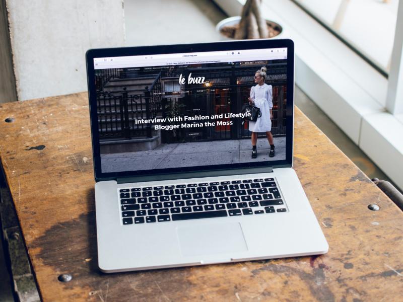 Mac ouvert sur un bureau avec un blog WordPress en fond d'écran